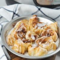 cinnamon rolls in pie pan with linen towel